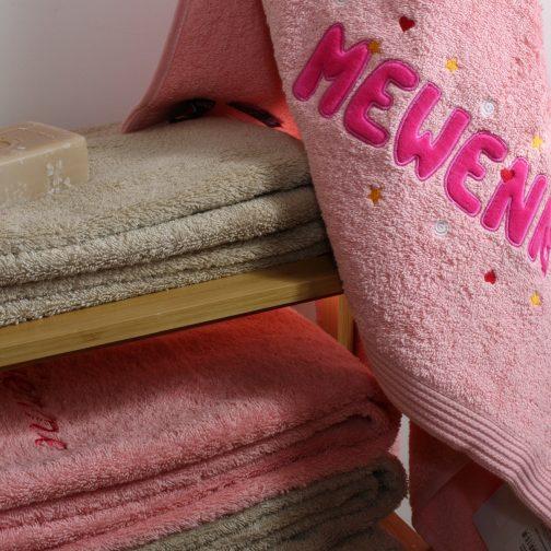 serviette blush prénom appliqué fuchsia